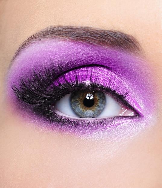 Paarse glans make-up van vrouw oog - mfront uitzicht Gratis Foto