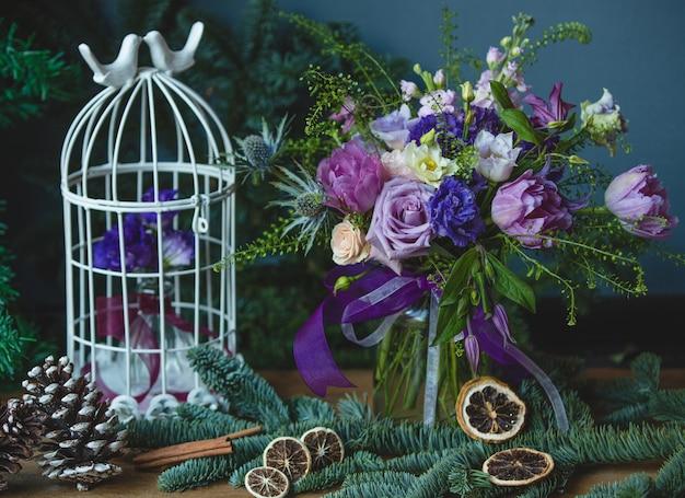 Paarse tinten gekleurd bloemboeket met kerstversiering. Gratis Foto