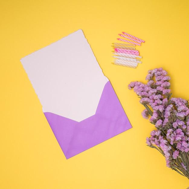 Paarse uitnodiging mock up met gele achtergrond Gratis Foto