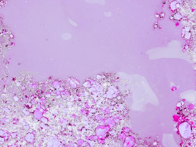 Paarse vloeistof met violette kruimels Gratis Foto