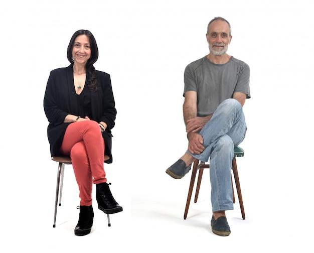 Paarzitting op een uitstekende geïsoleerde stoel Premium Foto