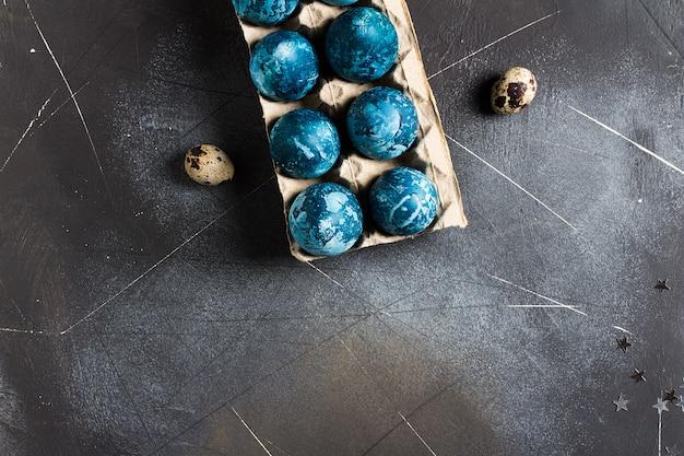 Paaseieren in kartonnen verpakking met de hand geschilderd in blauwe kleur Gratis Foto