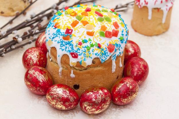 Paasmandje met beschilderde eieren Premium Foto