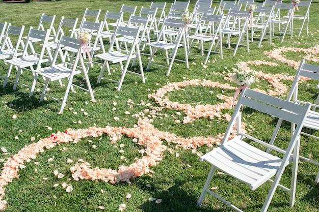 Pad van rozenblaadjes, decoraties voor pasgetrouwden Premium Foto
