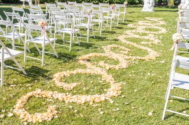 Pad van rozenblaadjes, pad van rozenblaadjes, decoraties voor pasgetrouwden Premium Foto