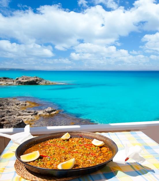 Paella mediterrane rijstvoedsel in de balearen Premium Foto
