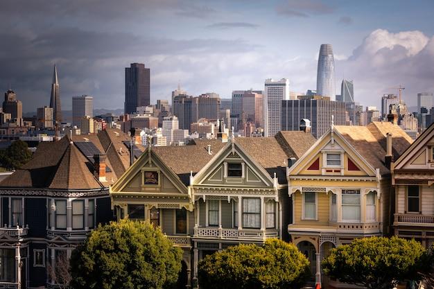 Painted ladies huizen en de skyline van san francisco aan de achterkant, california state, verenigde staten. Premium Foto