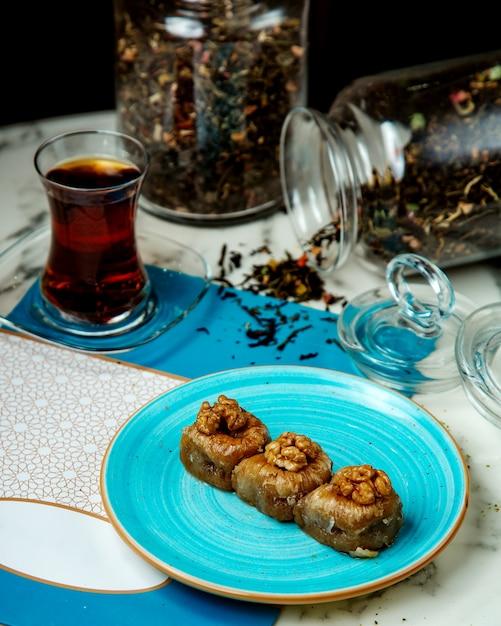 Pakhlava met walnoten en zwarte thee Gratis Foto