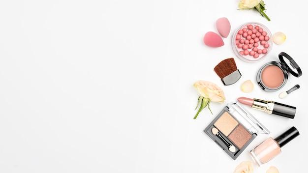 Pakje verschillende cosmetica met kopie ruimte op witte achtergrond Gratis Foto