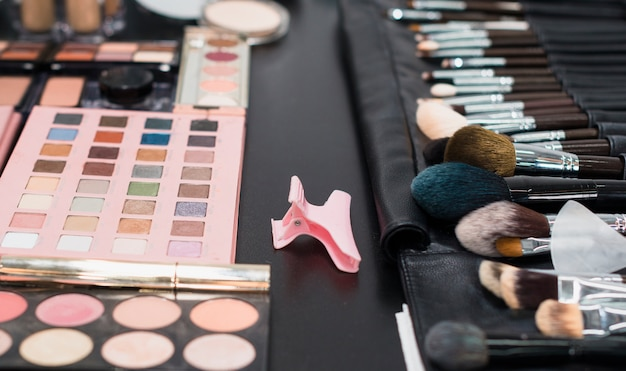 Palet van kleurrijke oogschaduwwen en borstels Gratis Foto