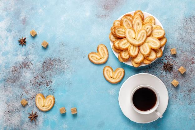 Palmier bladerdeeg. heerlijke franse palmier koekjes met suiker, bovenaanzicht. Gratis Foto