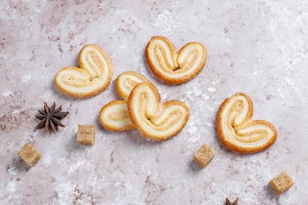 Palmier bladerdeeg. heerlijke franse palmier koekjes met suiker Gratis Foto