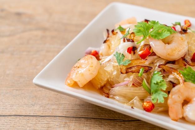 Pamelo pittige salade met garnalen of garnalen Premium Foto