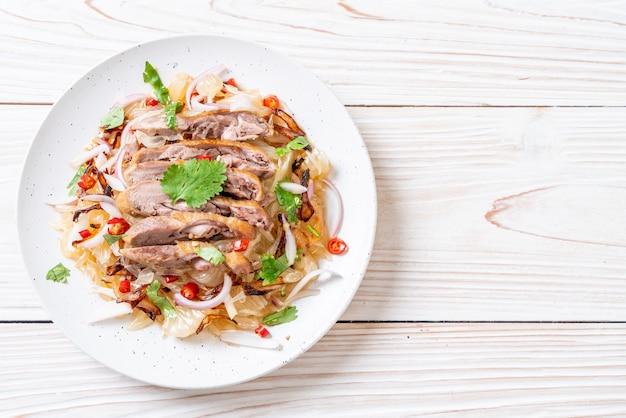 Pamelo pittige salade met geroosterde eend Premium Foto