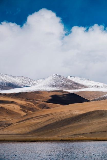 Pangongmeer en berg in leh ladakh, india Gratis Foto