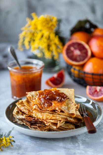 Pannenkoeken met jam gemaakt van rood oranje Premium Foto