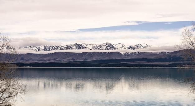 Panorama landschap nieuw-zeeland lake view refection op stilstaand oppervlaktewater Premium Foto