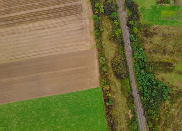Panorama luchtfoto bovenaanzicht van een verschillende landbouw velden in platteland Premium Foto