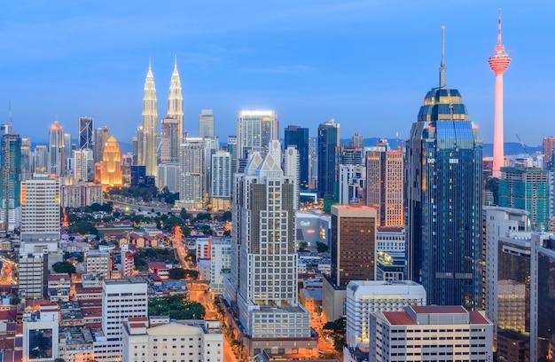 Panorama luchtmening van cityscape horizon van kuala lumpur, maleisië Premium Foto