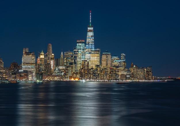 Panorama new york stadsgezicht rivier kant in twilight tijd, verenigde staten Premium Foto