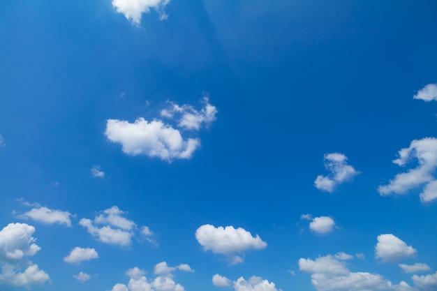 Panorama shot van de blauwe lucht en de wolken bij goed weer dagen Premium Foto