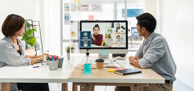 Panorama twee aziatische zakenman werk vanuit huis betrokken video conference meeting Premium Foto