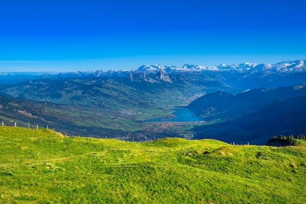 Panorama uitzicht vanaf rigi bergen op het meer van lucern en dorp brunnen Premium Foto