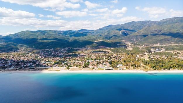Panorama van asprovalta en de kosten van de egeïsche zee Premium Foto