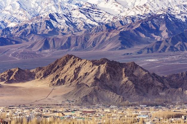 Panorama van de prachtige bergen die leh omringen bij zonlicht - ladakh, jammu en kashmir, india. Premium Foto