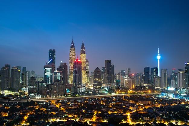 Panorama van de stadshorizon van kuala lumpur tijdens zonsopgang het bekijken wolkenkrabbers de bouw Premium Foto