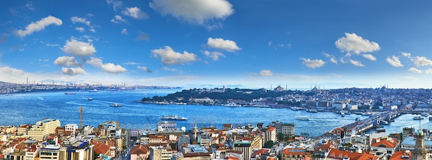 Panorama van gouden hoorn van galata-toren in istanboel Premium Foto