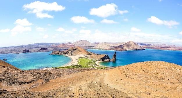 Panorama van isla bartolome bij de eilandenarchipel van de galapagos - ecuador Premium Foto