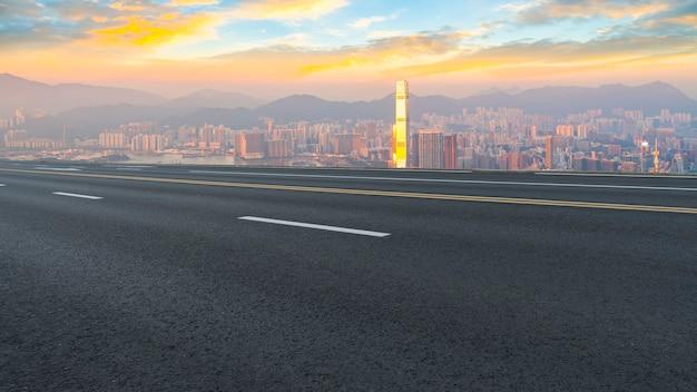 Panorama van lege weg in stad Premium Foto