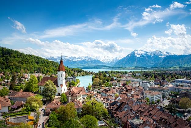 Panorama van thun-stad in het kanton van bern met alpen en thunersee-meer, zwitserland. Premium Foto