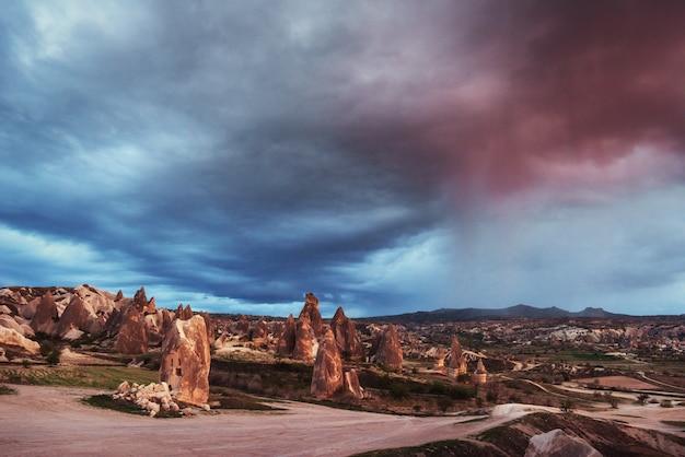 Panorama van unieke geologische formaties in cappadocië, turkije. Premium Foto