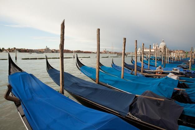 Panorama van venetië, italië. grand canal met gondels. briefkaart van venetië Premium Foto