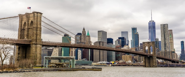 Panoramamening van brooklyn bridge en one world trade center van dumbo Premium Foto