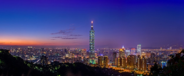Panoramamening van de stadswolkenkrabbers van taipeh in zonsondergang van olifant of xiangshan-berg. Premium Foto