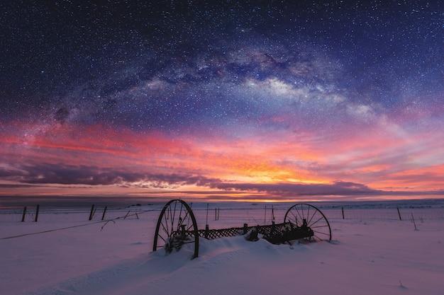 Panoramisch de winterlandschap in zonsopgang met dubbel de hemellandschap van de blootstellingsnacht Premium Foto