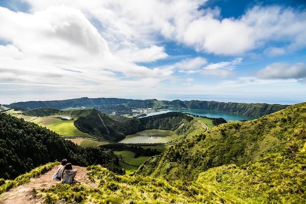 Panoramisch landschap met uitzicht op drie verbazingwekkende vijvers, lagoa de santiago, rasa en lagoa azul, lagoa seven cities. de azoren zijn een van de belangrijkste toeristische bestemmingen in portugal Gratis Foto