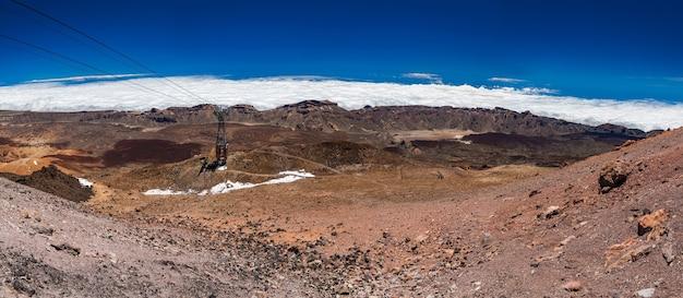 Panoramisch landschapsmening met een kabelbaan van de vulkanische berg teide, tenerife, spanje Premium Foto