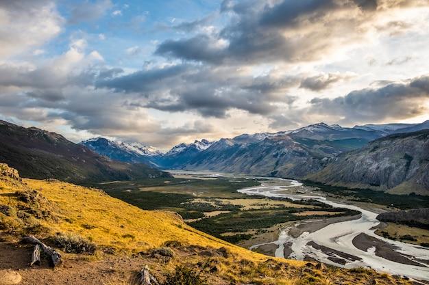 Panoramisch luchtfoto van de rivier in het dorp chalten en zijn besneeuwde bergen. het patagonië. argentinië Premium Foto