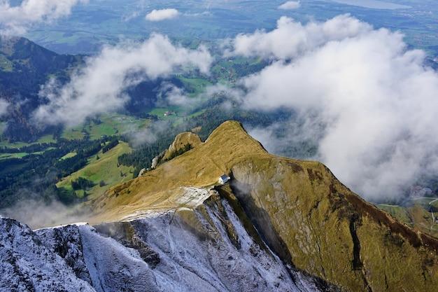 Panoramisch uitzicht op de zwitserse alpen vanaf de berg pilatus, luzern, zwitserland. Premium Foto