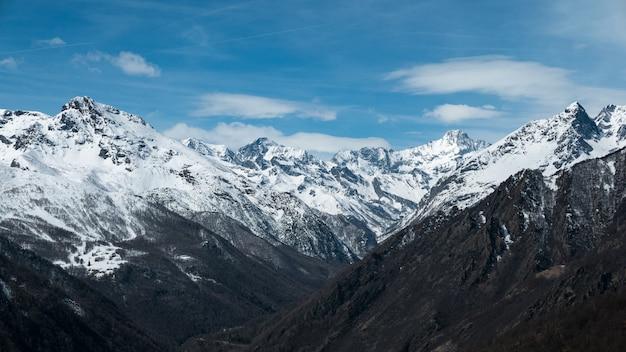 Panoramisch uitzicht op hoge bergtoppen en besneeuwde bergkammen op grote hoogte in de alpen Premium Foto
