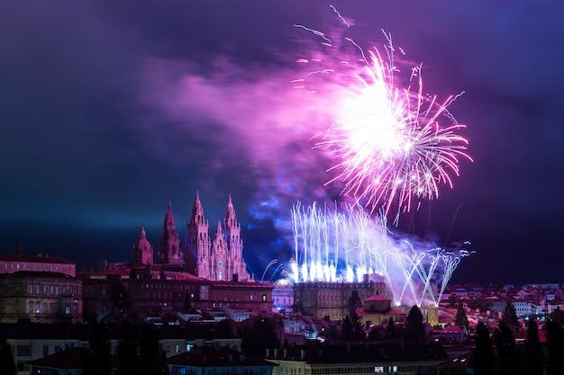 Panoramisch uitzicht op santiago de compostela tijdens de viering van het vuurwerk van de apostel santiago Premium Foto