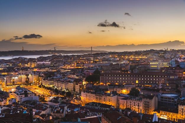 Panoramisch uitzicht van lissabon in de schemering Premium Foto