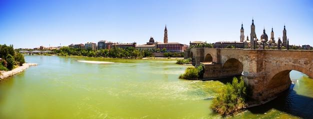 Panoramisch uitzicht vanaf de rivier de ebro. zaragoza Gratis Foto