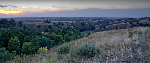 Panoramisch zicht op een prachtig landschap met bergketens onder de avondrood Gratis Foto