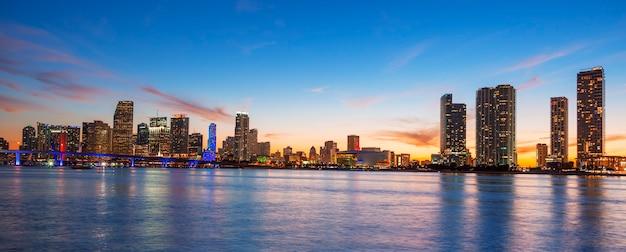 Panoramisch zicht op miami bij zonsondergang, verenigde staten. Premium Foto