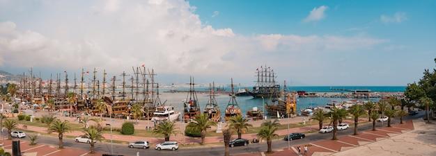 Panoramisch zicht op zeilboten in de baai van de middellandse zee Gratis Foto